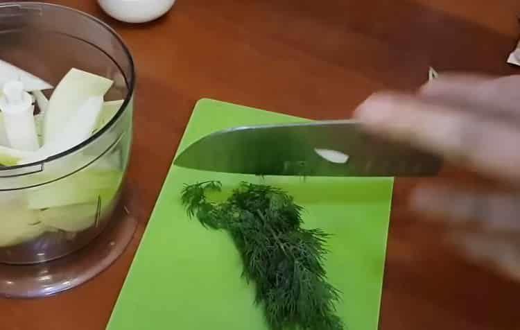 Для приготовления блюда нарежьте лук