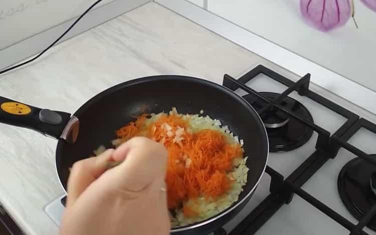 Для приготовления блюда обжарьте овощи