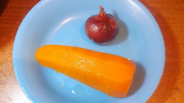 Для приготовления блюда отварите овощи