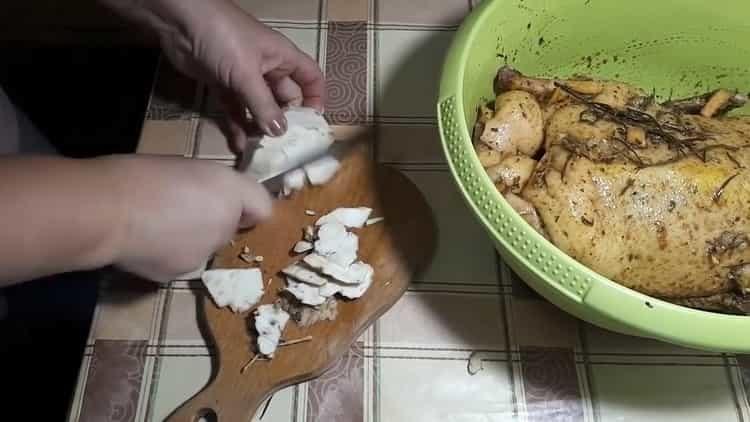 Для приготовления блюда нарежьте все ингредиенты