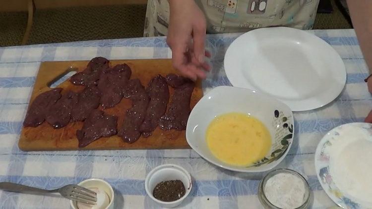 Для приготовления блюда посолите ингредиенты