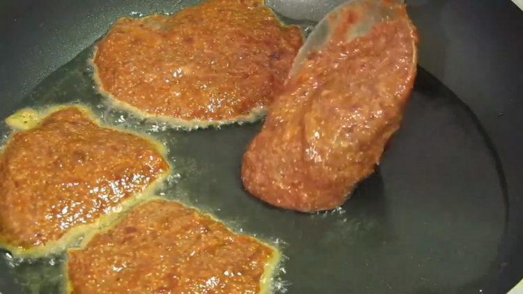 Для приготовления блюда обжарьте фарш