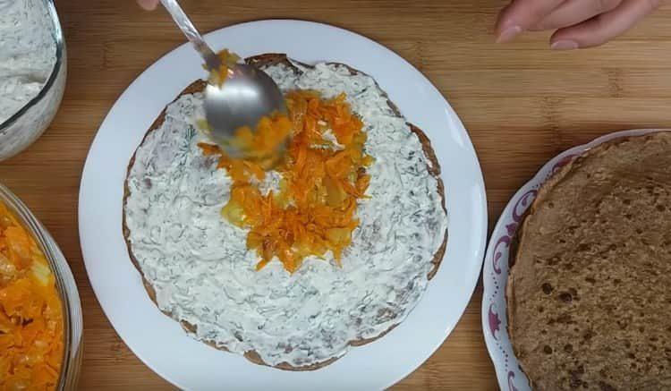 каждый блин смазываем майонезным соусом и выкладываем на него часть овощной начинки.