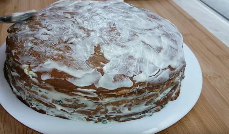 Сверху обмазываем торт майонезом