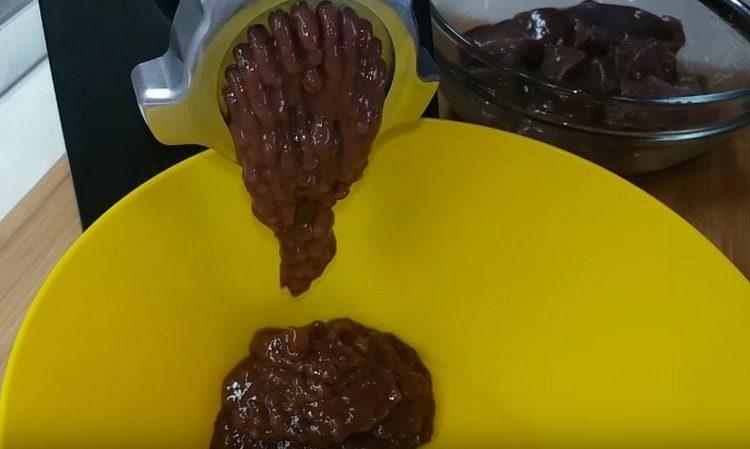 Печень режем на кусочки и пропускаем через мясорубку.