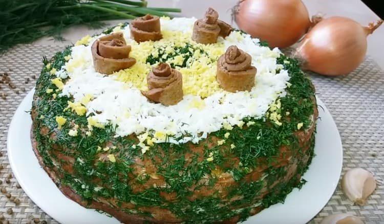 Вот такой аппетитный печеночный торт из свиной печени получился у нас по этом рецепту.