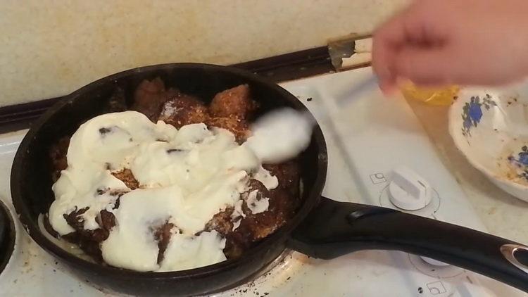 Для приготовления блюда добавьте сметвну