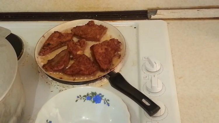 Для приготовления блюда обжарьте печень