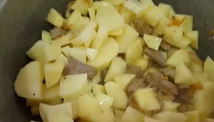 Для приготовления блюда добавьте картофель
