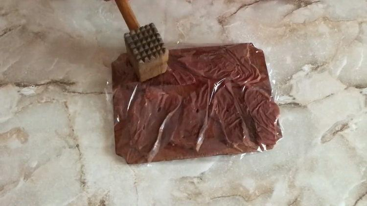 Для приготовления печени отбейте печень