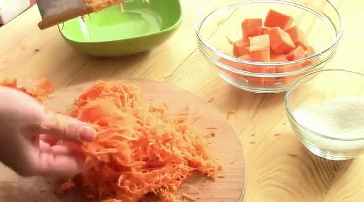 Для приготовления блюда натрите тыкву