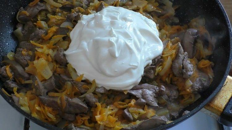 Для приготовления блюда добавьте сметаны