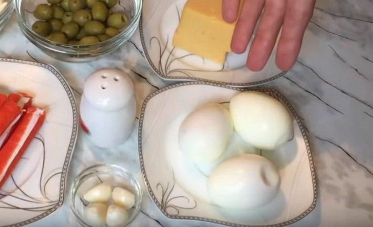 Варим вкрутую яйца.