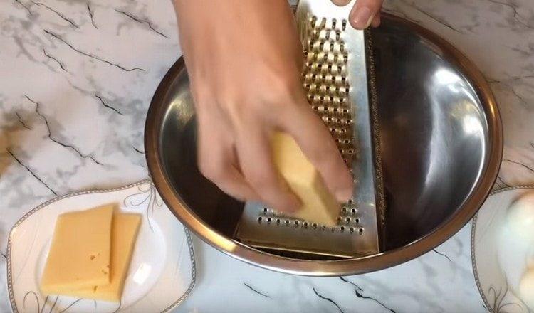 На мелкой терке трем твердый сыр.
