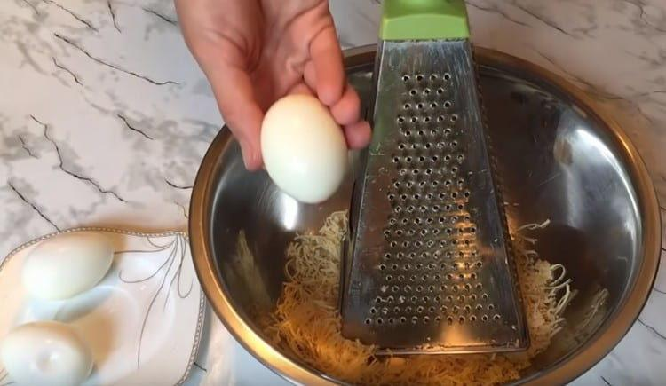 К сыру трем вареные яйца.