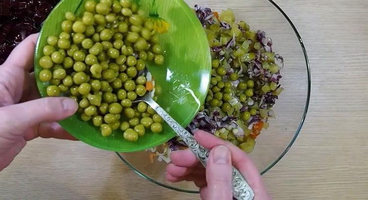 Для приготовления салата добавьте горошек