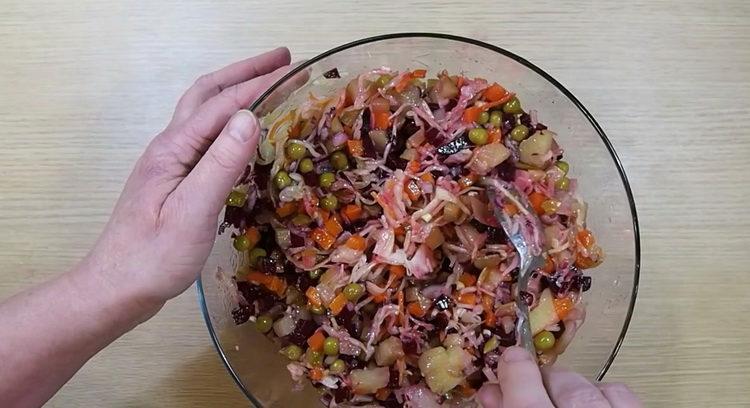 Для приготовления салата перемешайте ингредиенты
