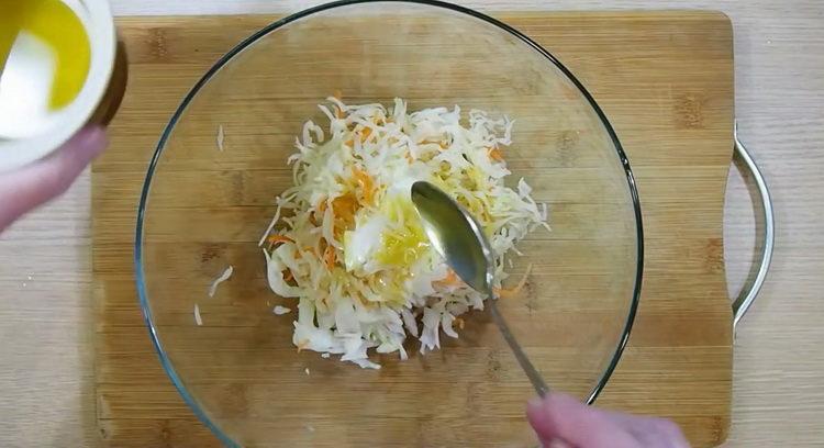 Для приготовления салата нарежьте капусту