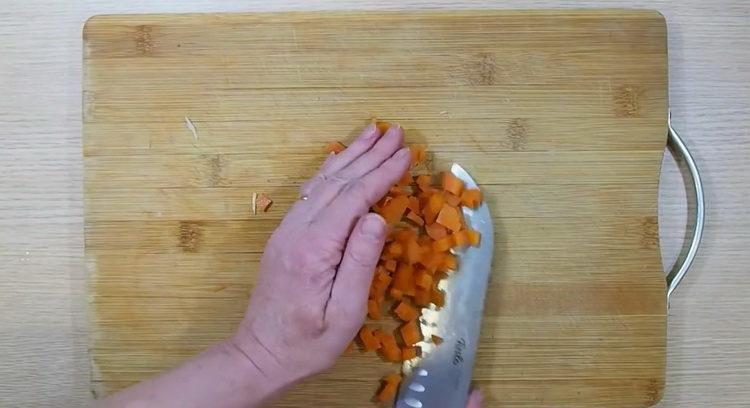 Для приготовления салата нарежьте морковь