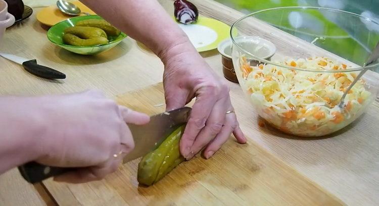 Для приготовления салата нарежьте огурец