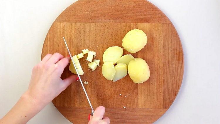 Для приготовления блюда нарежьте картофель