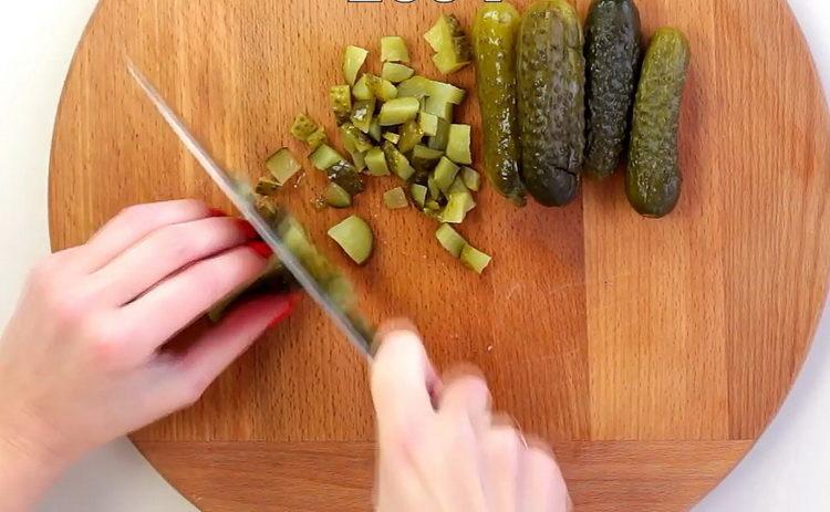 Для приготовления блюда нарежьте огурцы