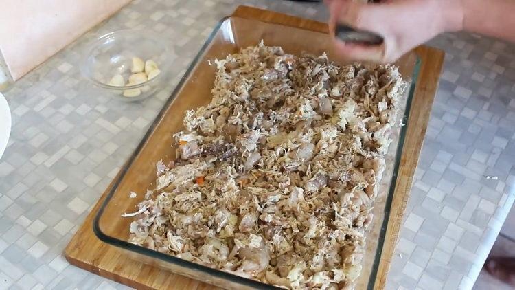 Для приготовления блюда выложите мясо в форму