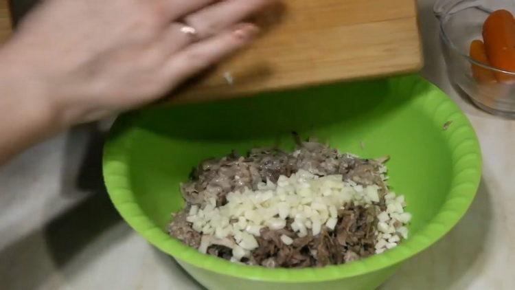Для приготовления блюда нарежьте чеснок