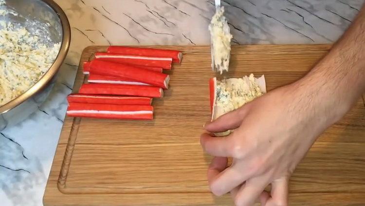 Для приготовления блюда выложите на палочки начинку