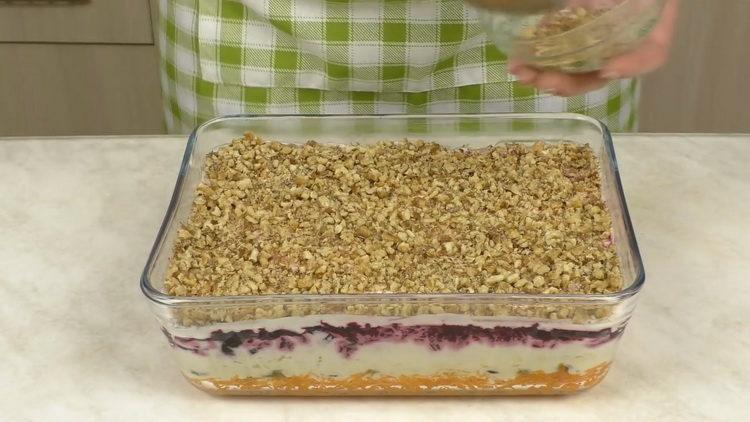 Для приготовления блюда измельчите орехи