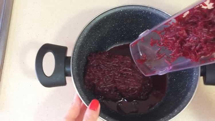 Для приготовления блюда натрите свеклу
