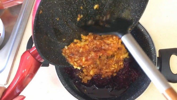 Для приготовления блюда смешайте ингредиенты