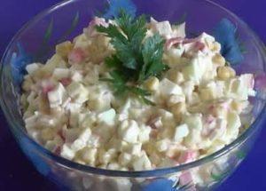 Салат с крабовыми палочками, кукурузой и яйцами: пошаговый рецепт с фото