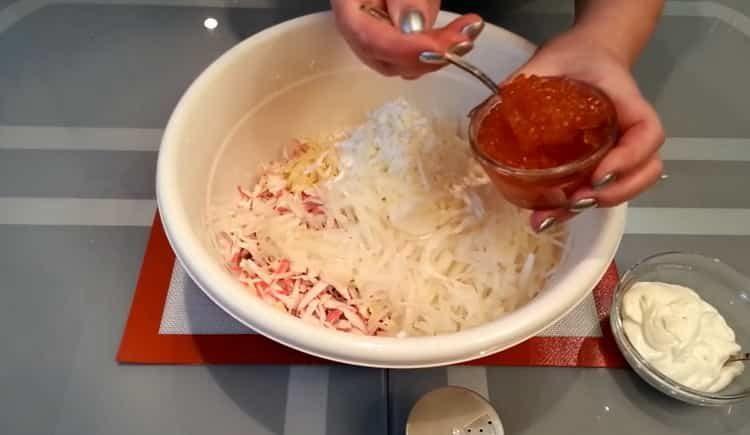 Для приготовления блюда добавьте икру
