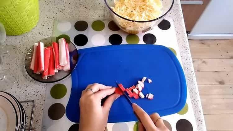 Для приготовления блюда нарежьте крабовые палочки