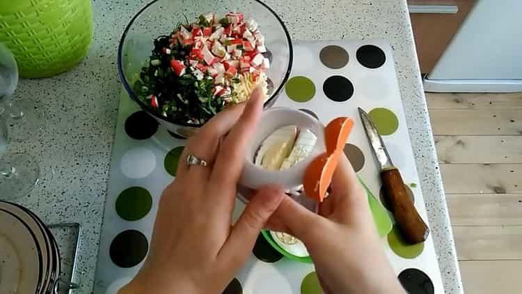 Для приготовления блюда измельчите яйца