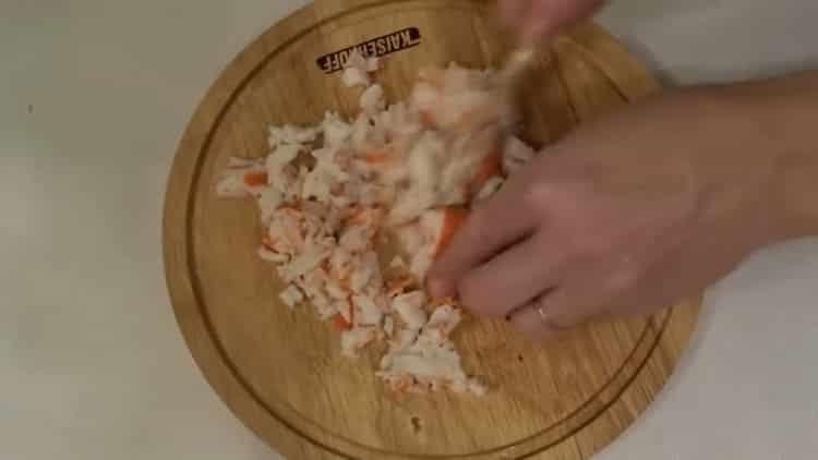 Для приготовления блюда подготовьте крабовые палочки