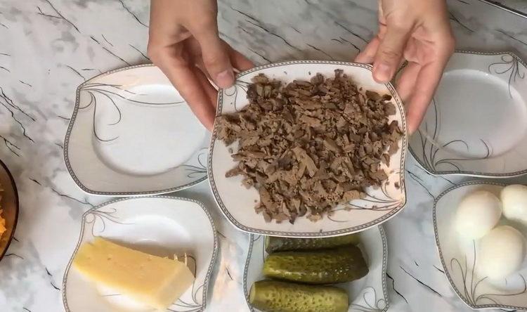 Для приготовления блюда нарежьте печень