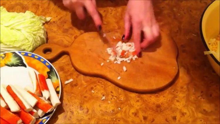 Для приготовления блюда нарежьте палочки