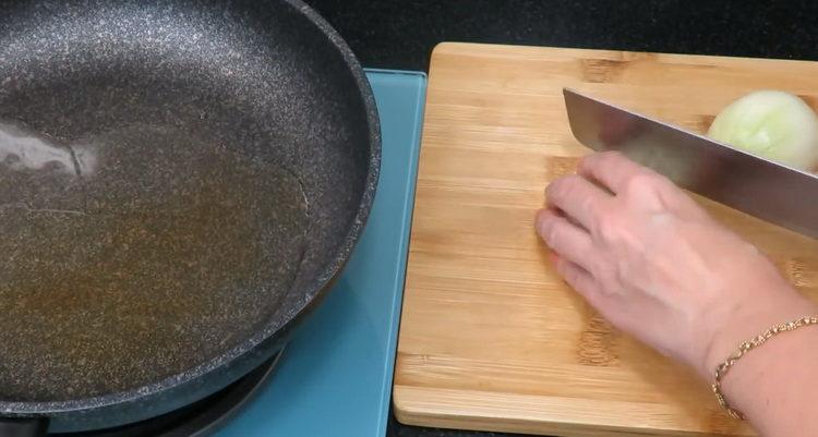 Для приготовления блюда,нарежьте лук