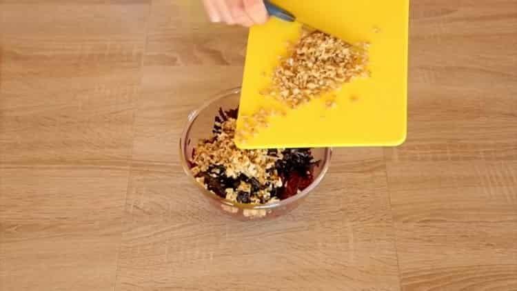Для приготовления салата нарежьте орехи