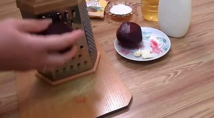 Для приготовления салата натрите свеклу