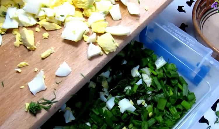 Для приготовления блюда нарежьте яйца