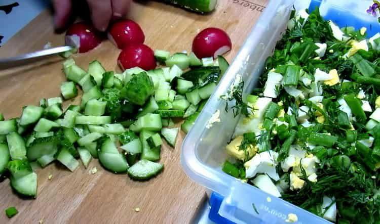 Для приготовления блюда нарежьте овощи
