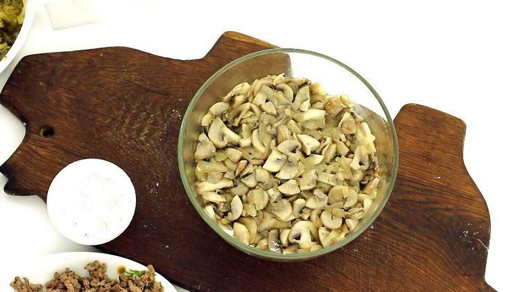 Для приготовления блюда выложите все ингредиенты слоями