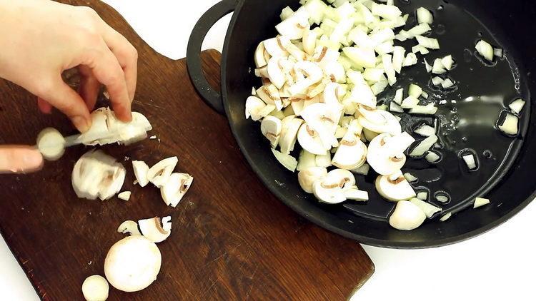 Для приготовления блюда нарежьте шампиньоны