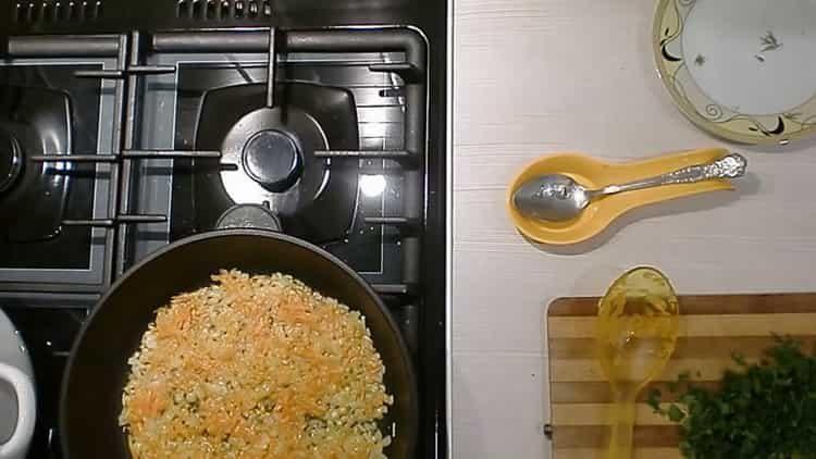 Для приготовления блюда обжарьте морковь