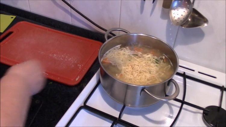 Для приготовления блюда добавьте лапшу