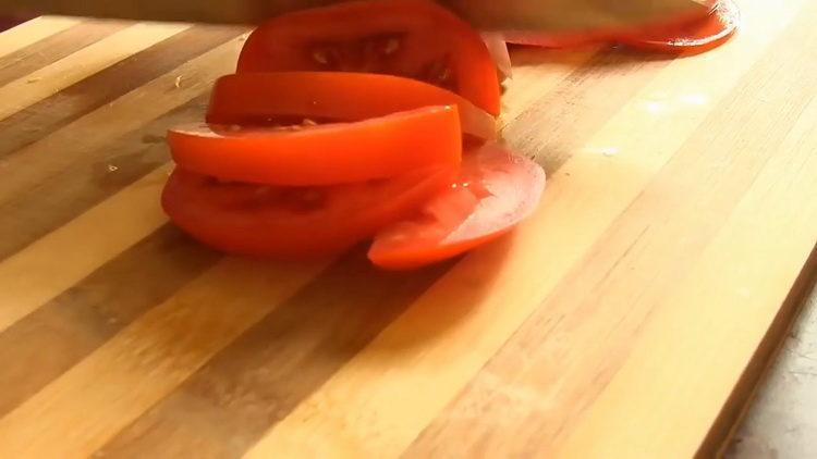 тушеная куриная печень нарежьте помидоры