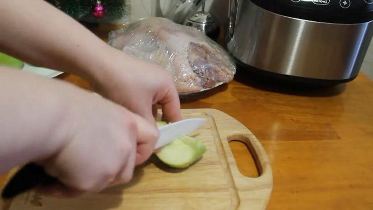 Для приготовления утки нарежьте яблоки